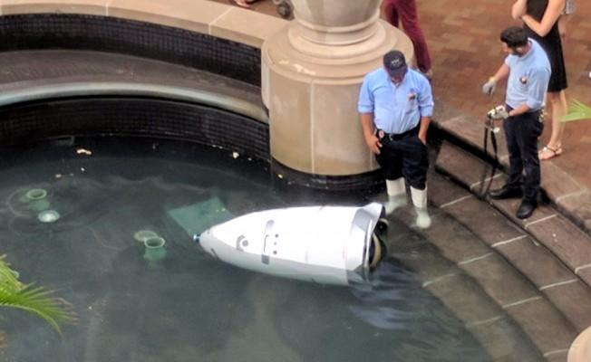 Güvenlik Görevlisi Robot Suya Düşüp Devre Dışı Kaldı