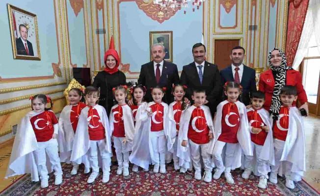 İzmirli Minikler İstiklal Marşı'nın 10 Kıtasını TBMM'de Ezbere Okudu