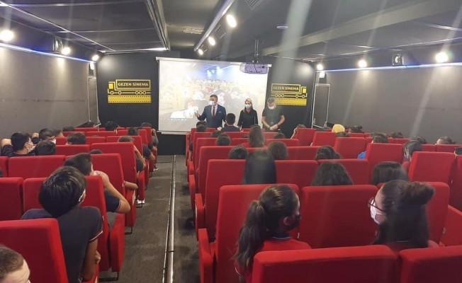 'Gezen Sinema Tırı' Karabağlar'da çocukları sevindirdi