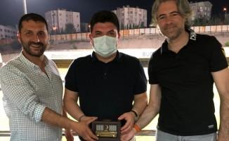 Baykalmış'tan destekleri için Cihan Aktaş'a Kızılay hatırası hediyesi