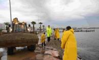 Başkan Tugay'dan Su Baskınında Özverili Çalışan İşçilere Teşekkür