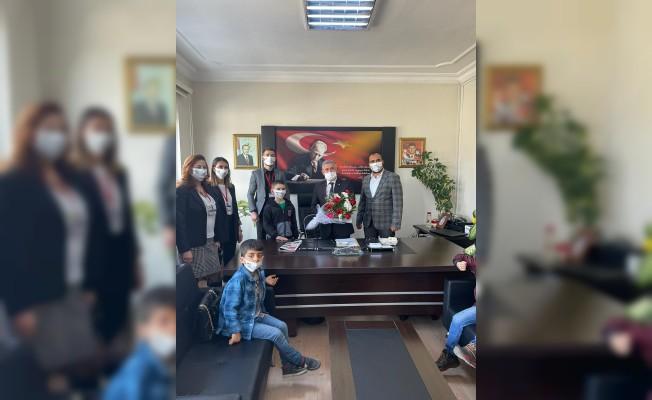 Torbalılı çocuklar Dünya Otizm Farkındalık Günü'nde protokolü ziyaret etti